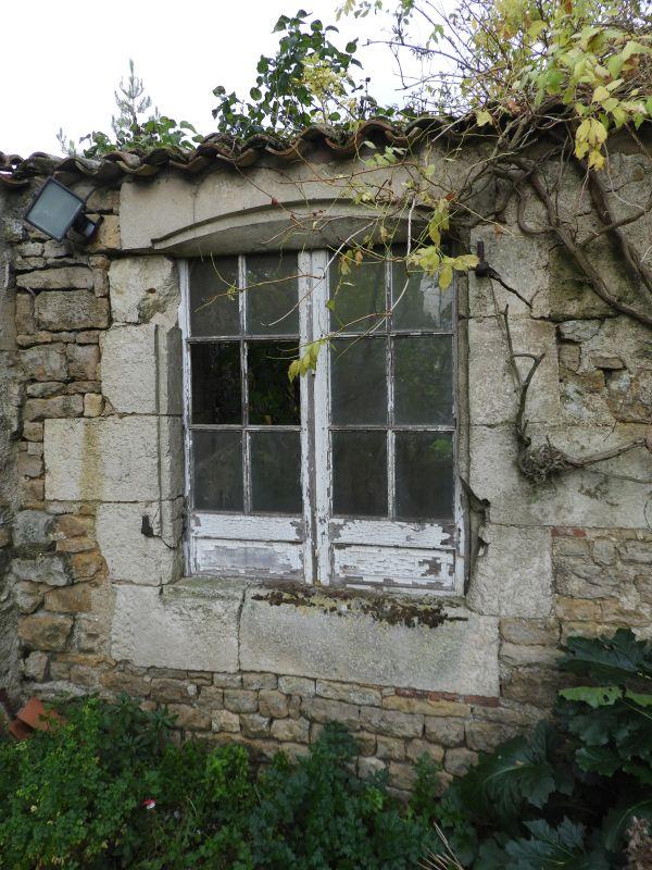 Baie Du 18e Siecle Dans Un Mur De Separation Entre Le Jardin