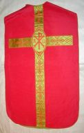 Ornement rouge n° 13 : chasuble, étole, voile de calice, bourse de corporal