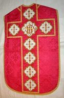 Ornement rouge n° 7 : chasuble, étole, bourse de corporal, voile de calice