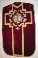 Ornement rouge n° 4 : chasuble, étole, bourse de corporal